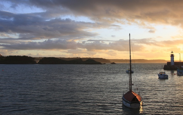 Фото обои море, рассвет, маяк, лодки, залив