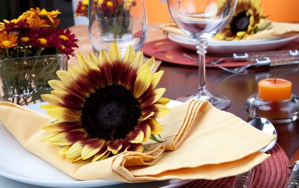 Фото обои подсолнухи, цветы, стол, свечи, бокалы, тарелки, ножи