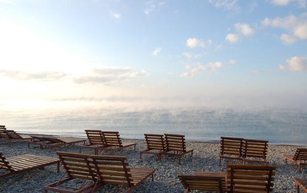 Фото обои вода, туман, озеро, камни, берег, прохладно, лежаки