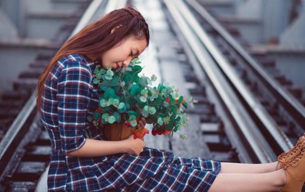 Фото обои взгляд, девушка, настроение, железная дорога, азиатка