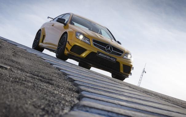 Фото обои небо, желтый, суперкар, мерседес, AMG, гоночный трек, передок