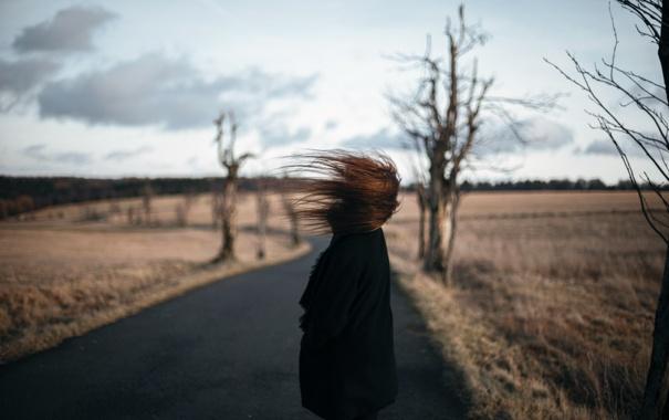 Фото обои дорога, девушка, ветер, волосы