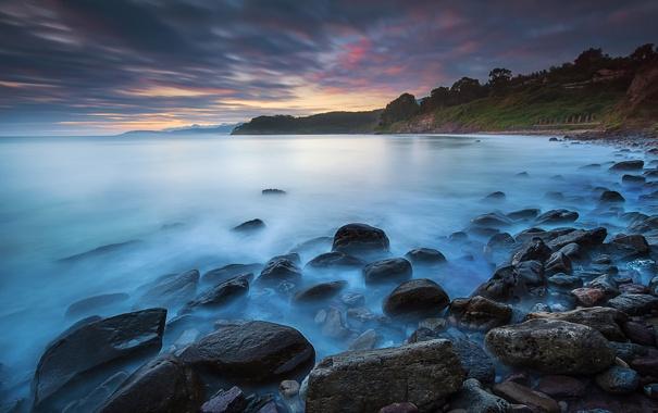 Фото обои море, тучи, камни, рассвет, берег, утро
