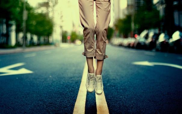Фото обои дорога, city, город, разметка, прыжок, ноги, обувь
