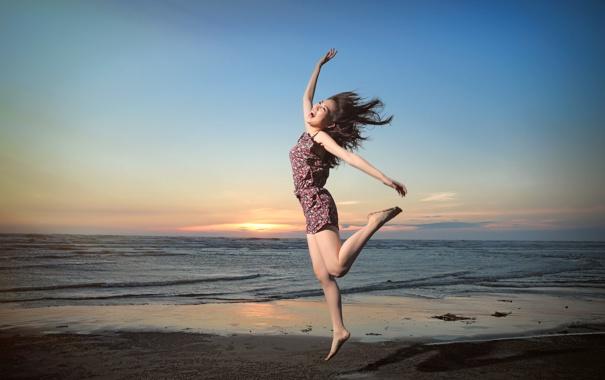 Фото обои море, девушка, улыбка, прыжок, азиатка