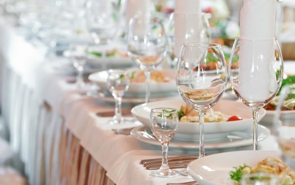 Фото обои стекло, стол, бокалы, тарелки, сервировка, салфетки