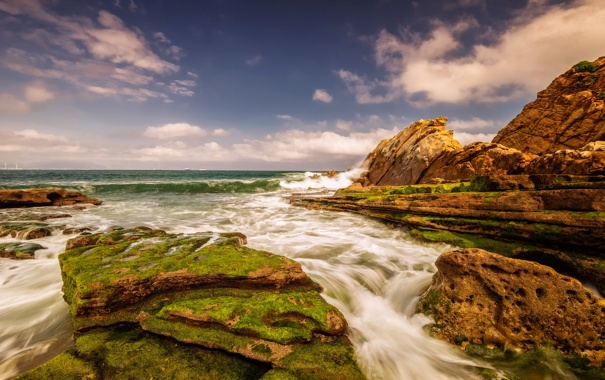 Фото обои море, облака, камни, берег, мох, корабли, горизонт