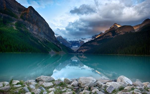 Фото обои лес, небо, облака, деревья, горы, озеро, камни