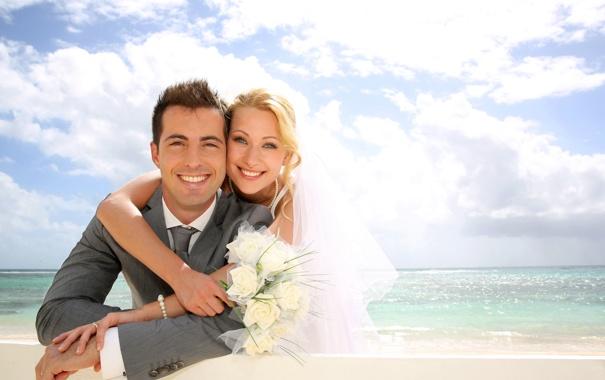 Фото обои море, пляж, девушка, облака, радость, букет, парень