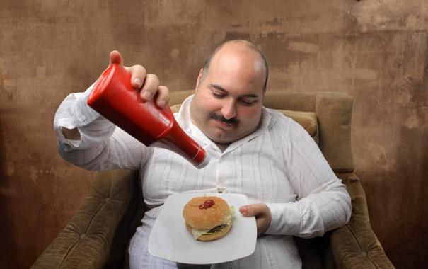 Фото обои plate, man, sofa, armchair, shirt, dish, Ketchup