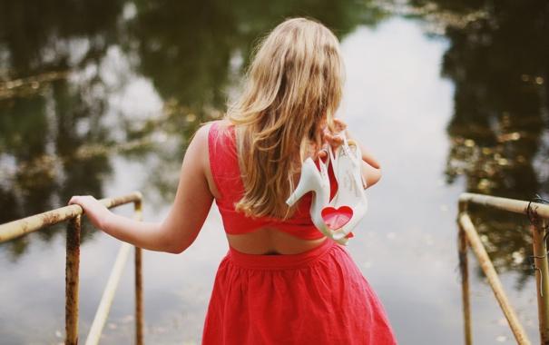Фото обои вода, девушка, сердце, спина, платье, блондинка, туфли