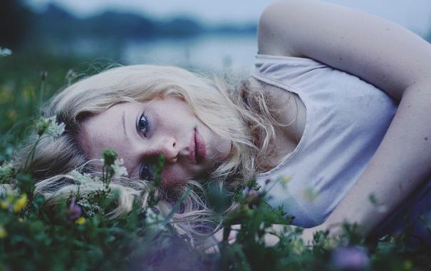 Фото обои трава, взгляд, девушка, майка, блондинка