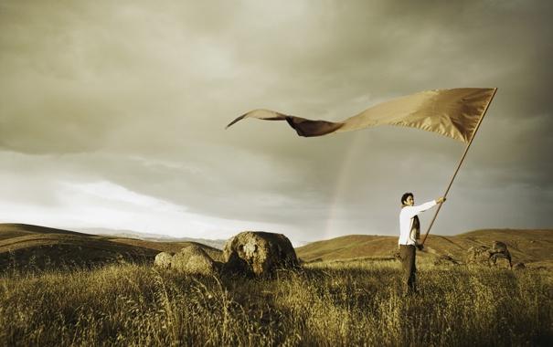 Фото обои поле, небо, трава, камни, радуга, мужчина, знамя