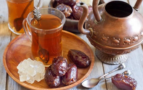 Фото обои чайник, чашки, ложки, финики, арабский чай