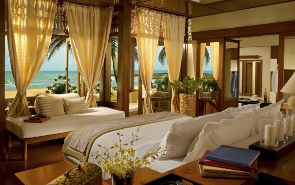 Фото обои подушки, море, окна, шторы, кровать, книги, пальмы