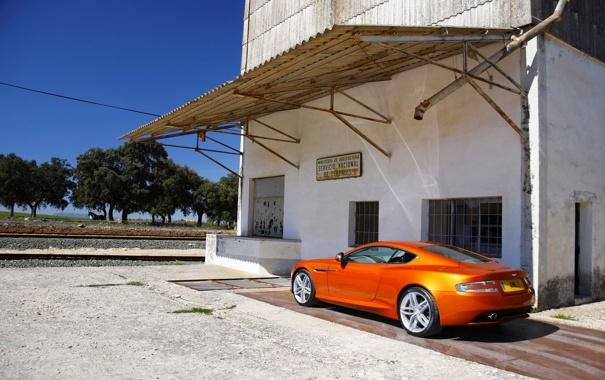 Фото обои Aston Martin, Оранжевый, День, Астон, Здание, Купэ, Stratus