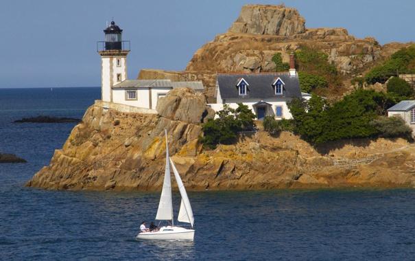 Фото обои море, небо, деревья, скала, дом, лодка, маяк