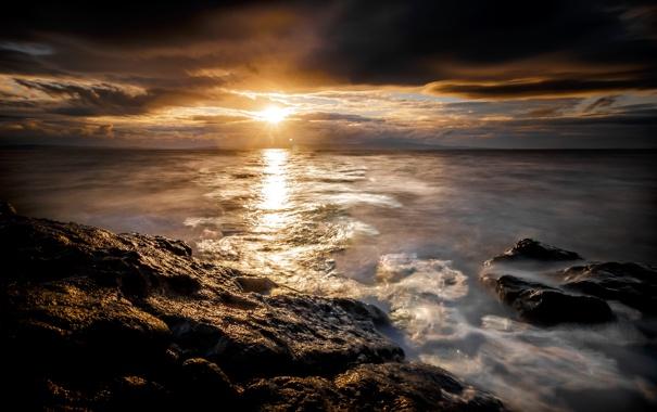 Фото обои море, небо, солнце, облака, закат, камни, рассвет