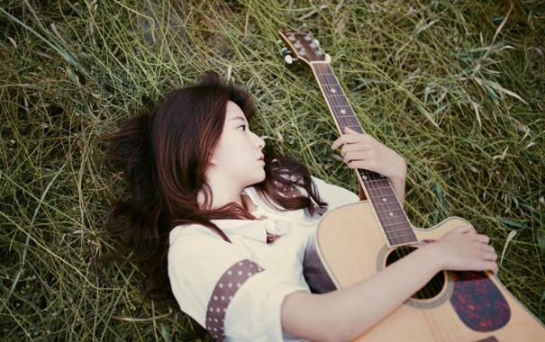 Фото обои трава, девушка, лежит, гитарa