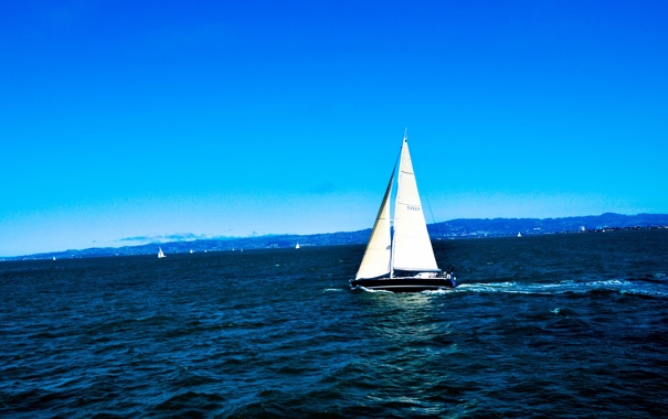 Фото обои море, волны, небо, берег, яхты, парус