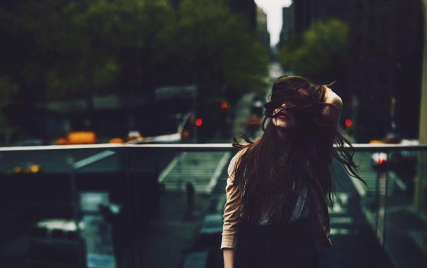 Фото обои волосы, город, девушка, ветер