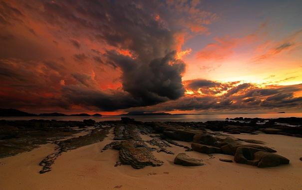Фото обои песок, пляж, небо, закат, тучи, камни, океан