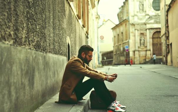 Фото обои кроссовки, борода, сидит, парень, улица