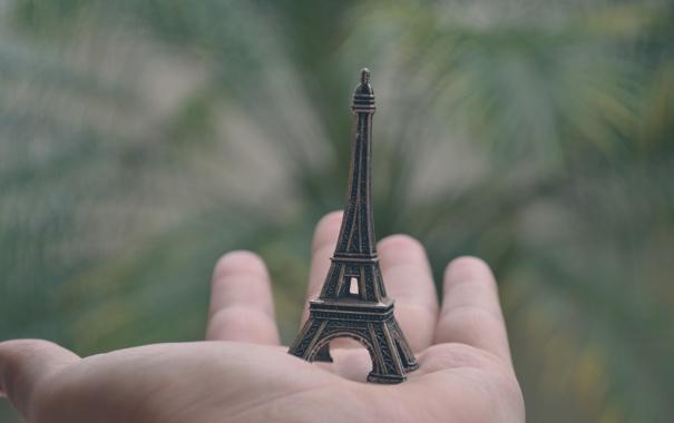 Фото обои эйфелева башня, рука, ладонь, фигурка