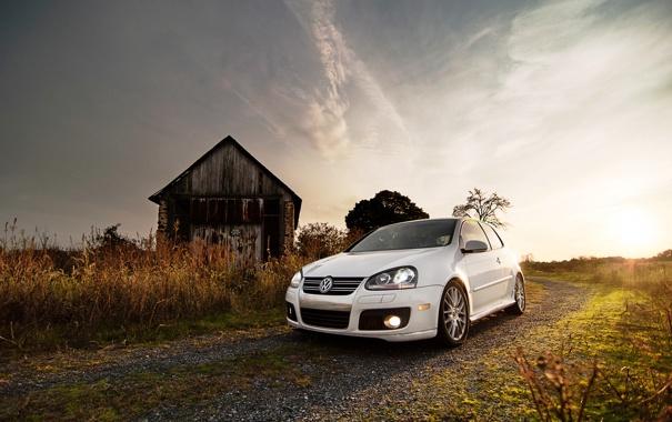 Фото обои закат, трава, небо, солнце, авто, Фольксваген, пригород