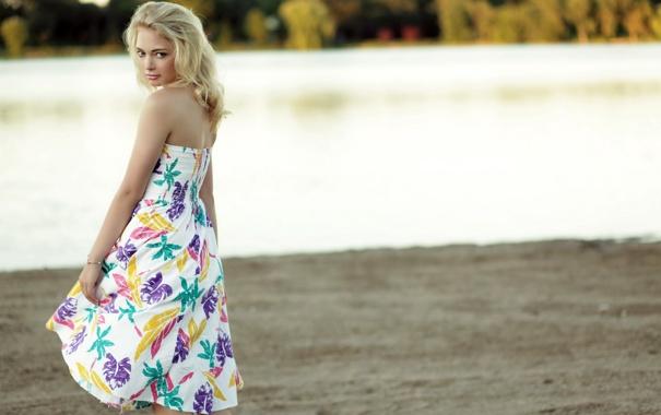 Фото блондинок в платьях попали