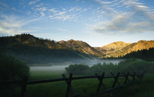 Фото обои небо, облака, деревья, туман, холмы, забор, горизонт