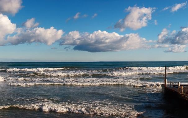 Фото обои море, волны, небо, облака, пристань, прибой, панорама