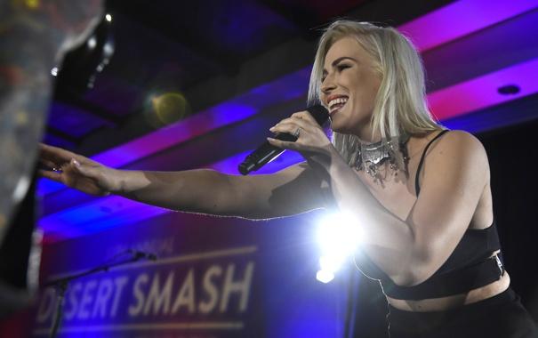 Фото обои микрофон, Наташа Бедингфилд, Desert Smash, Natasha Bedingfield, английская поп-певица