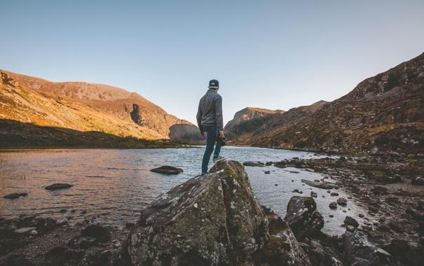 Фото обои небо, солнце, озеро, холмы, шапка, камень, спина
