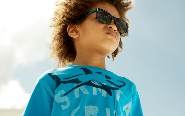 Фото обои небо, мальчик, очки, футболка, пацан
