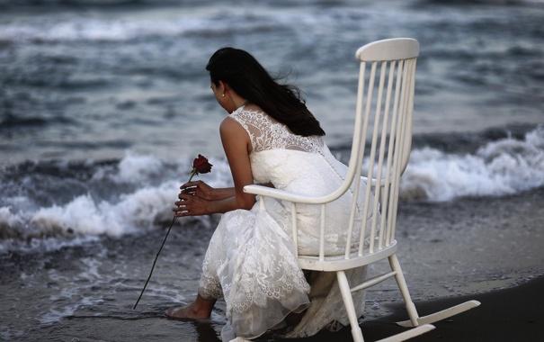 Фото обои море, девушка, роза, кресло