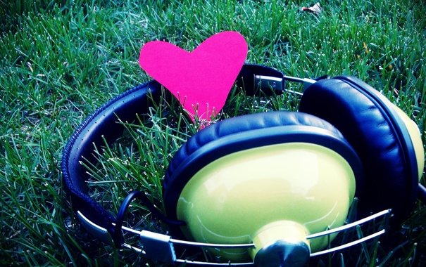 Фото обои трава, макро, любовь, музыка, сердце, music, наушники