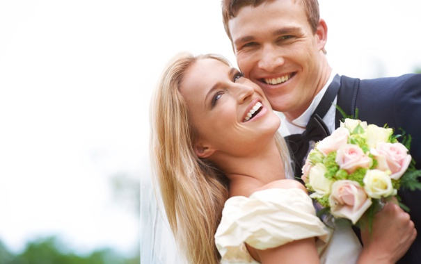 Фото обои девушка, цветы, смех, букет, блондинка, парень, невеста