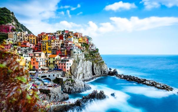 Фото обои море, лето, небо, облака, город, люди, скалы