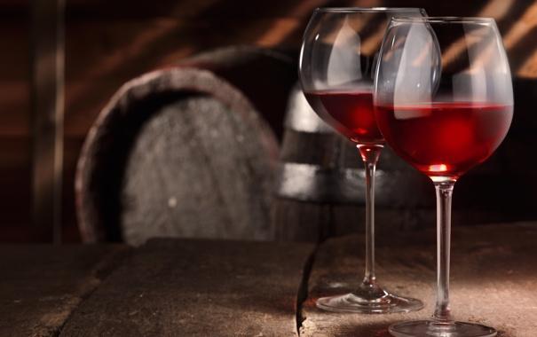 Фото обои стол, вино, красное, бокалы, погреб, бочки