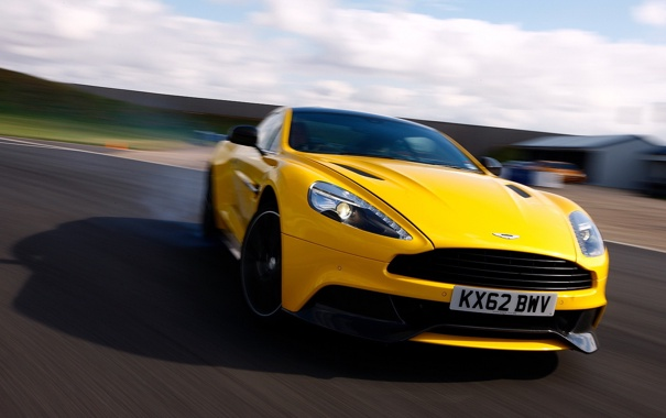 Фото обои дорога, желтый, Aston Martin, скорость, размытость, суперкар, передок