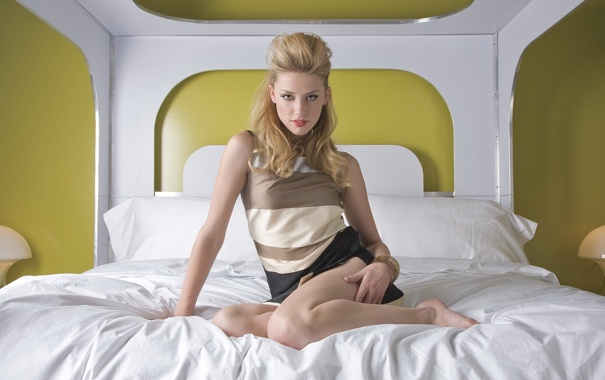 Фото обои кровать, актриса, прическа, сидит, Amber Heard