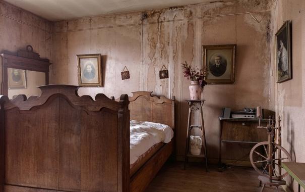 Фото обои комната, кровать, портреты