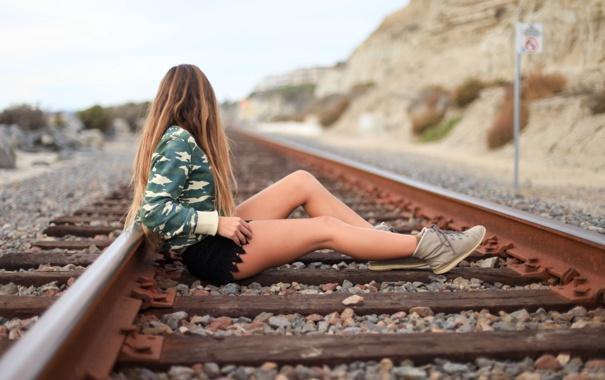 Фото обои девушка, рельсы, ножки, сидит