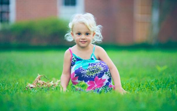 Фото обои зелень, трава, листья, природа, дети, улыбка, ребенок