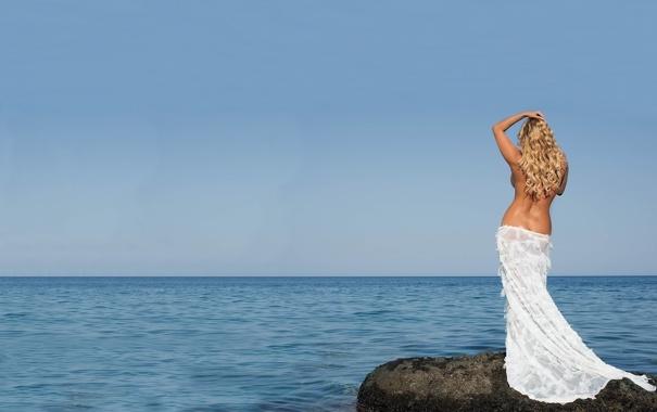 Фото обои море, небо, камень, спина, платье, горизонт, блондинка