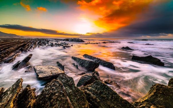 Фото обои море, небо, облака, камни, рассвет, берег, горизонт