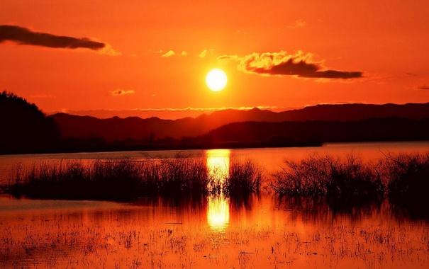 Фото обои вода, солнце, облака, закат, горы, оранжевый, река