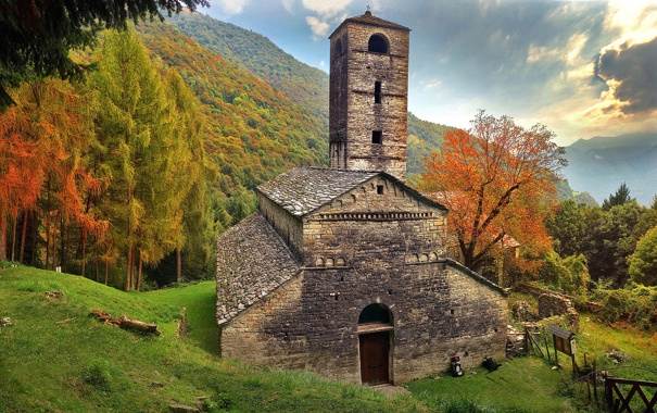 Фото обои осень, трава, деревья, горы, дом, башня, склон