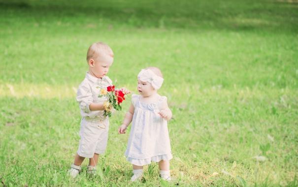 Фото обои цветы, дети, букет, мальчик, девочка, лужайка